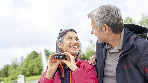 Senioren mit Fernglas -