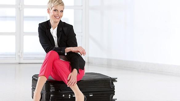Business Frau trägt medi travel -