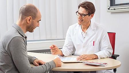 Arzt berät im Sprechzimmer