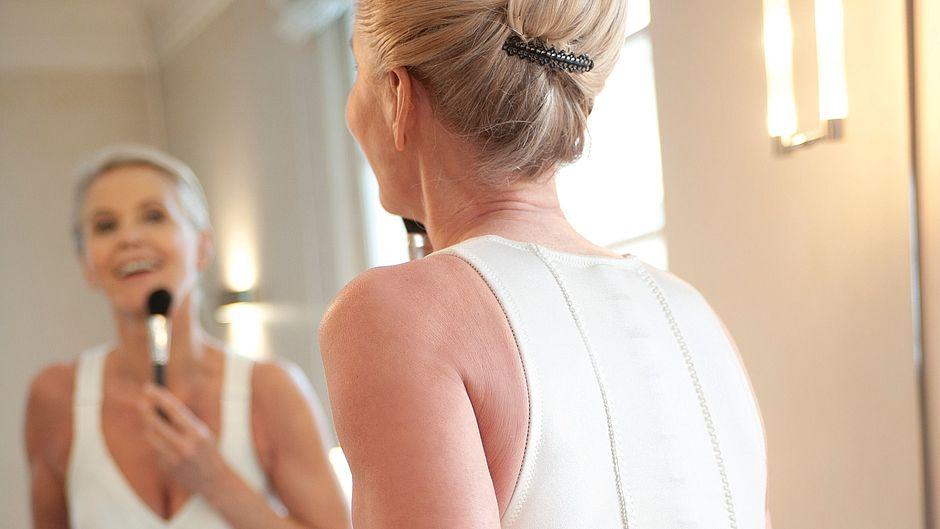 Spinomed active Wirbelsäulenorthesen Frau vor Spiegel