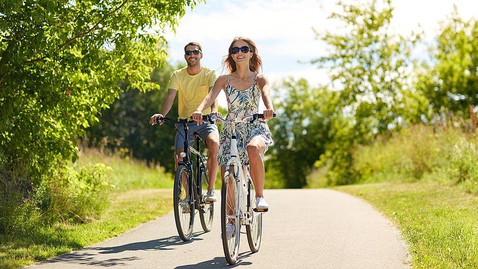 protect Serie Imagebild Paar beim Fahrrad fahren